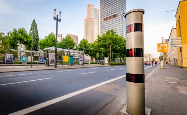 Ganz allgemein: es wird vor allem an den Stellen geblitzt, die in der Vergangenheit durch häufige Unfälle in Folge von zu hoher Geschwindigkeit aufgefallen sind. (#01)