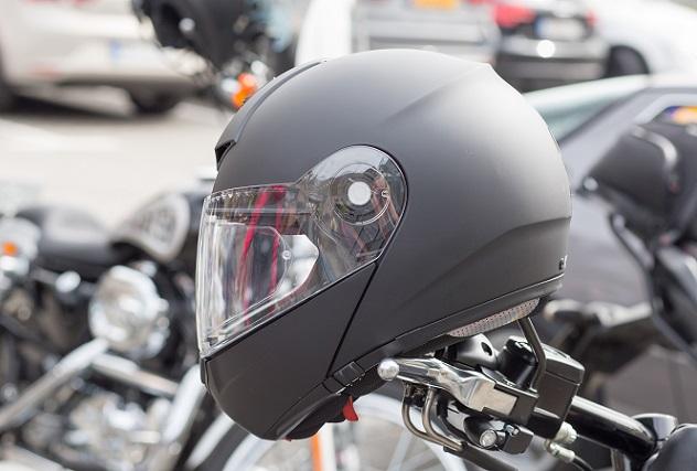 Helme, die nicht nach der Verordnung ECE 22-05 hergestellt wurden bzw. deren Anforderungen nicht erfüllen, stellen eine erhebliche Gefahr für die Gesundheit des Fahrers dar. (#01)