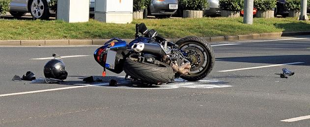 Die Schadensersatzansprüche können bei einem Unfall mit dem Motorrad, nämlich wesentlich geringer ausfallen. Helme ohne das ECE-Prüfzeichen sollten daher gar nicht erst erworben werden, darin sind sich die Fachleute einig.(#02)