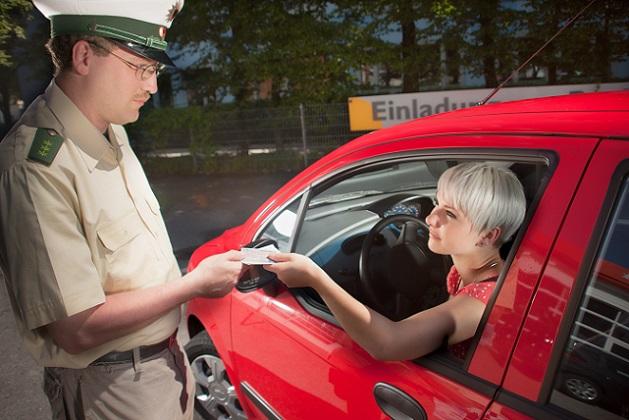 Viele Verkehrssünder merken gar nichts von dieser Geschwindigkeitsmessung. Zum einen, da natürlich das charakteristische Aufblitzen einer Blitzanlagen ausgeblieben ist, zum andern da der nachfahrende PKW nicht unbedingt ein Polizeiauto mit Leuchtschild sein muss. (#02)
