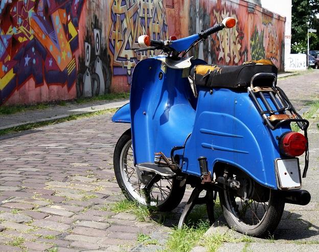 Auch wenn man mit der Vespa nicht so schnell fahren kann wie mit einem Motorrad, sollte idealerweise die Reifenreparatur beim Fachmann gemacht werden.. Er verfügt über ausreichend Fachkenntnisse und kann daher einschätzen, ob das Reparieren möglich ist.(#02)