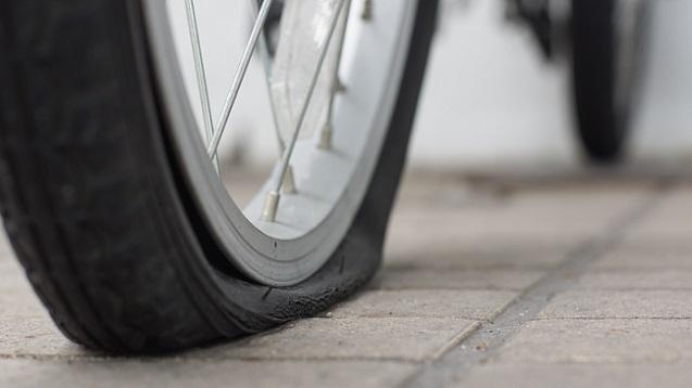 Nicht immer ist es sinnvoll, die Motorradreifen reparieren zu lassen. Gerade größere oder längere Zeit nicht bemerkte Schäden stellen ein Sicherheitsrisiko dar.(#03)