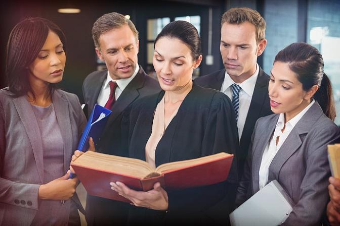 """Achten Sie darauf, ob Ihr Anwalt ein Spezialist in Sachen Verkehrsrecht ist – erkennbar an der Bezeichnung """"Fachanwalt"""". Bei ihm haben Sie gute Chancen, wenn es um das Verhandlungsgeschick und kleine Winkelzüge beim """"Umfahren"""" des Strafmaßes geht. (#03)"""
