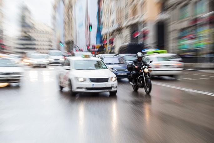 In Deutschland gilt, genau wie für Autos, eine gesetzliche Verpflichtung zur Haftpflichtversicherung. Ohne eine solche Versicherungsbescheinigung kann auch kein Motorrad zugelassen werden. Diese tritt in Kraft, wenn bei einem Unfall eine dritte Person geschädigt wird. (#04)