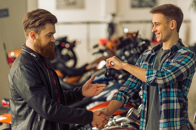 Zu Beginn kommt einem Motorradliebhaber natürlich erst einmal der Kredit bei einer Bank in den Kopf. Das ist oft die erste Wahl. Allerdings kann es sich lohnen, über die Finanzierung beim Händler nachzudenken. (#03)