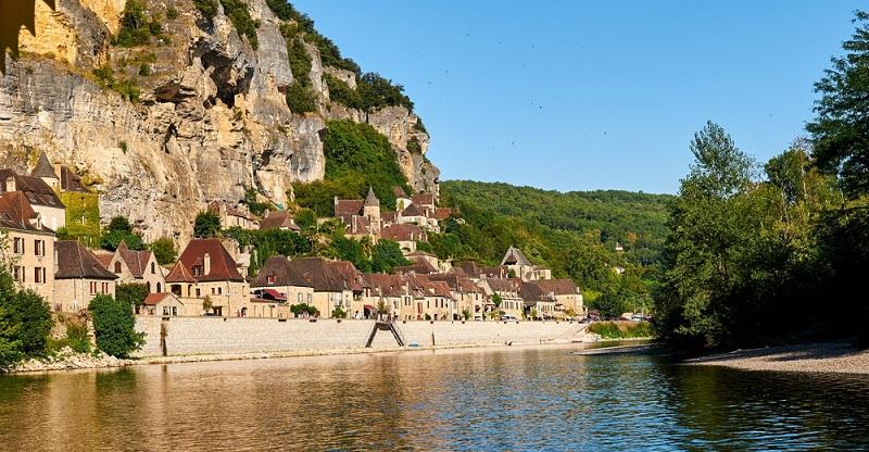 Speed, Sonne, Sonnenschein — Urlaub mit dem Motorrad ist entspannt, unabhängig und ein aufregendes Abendteuer mitten in der Natur. Weltbester Wein, eine der größten Dünen und Orte für den perfekten Campingplatz: Aquitanien in Südfrankreich überrascht. (#01)