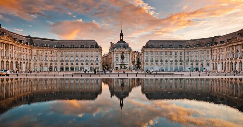 Bordeaux hat den architektonischen Anmut von Versailles und ist beschäftigt wie Antwerpen. Besonders im Wein produzieren und exportieren. Sie ist die wohlbekannte Stadt des Weines und seit Juni 2016 um eine Attraktion reicher, die genau das bekräftigt. La Cité du Vin — übersetzt: die Stadt des Weines (#03)