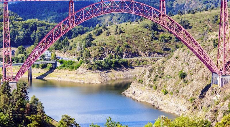 Wer eine längere Ausfahrt mit seinem geliebten Bike plant, den sehnt es natürlich nach vielen Kurven, vielen Höhenmetern, vereint mit einer tollen landschaftlichen Kulisse. Einer der schönsten Landschaftsstriche, befindet sich mitten im Herzen von Frankreich: die Region Auvergne.(#01)