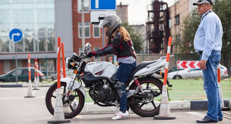 Mit den professionell gewarteten Motorradbremsen und ein wenig Erfahrung kommen die Zweiradfahrer sicher durch die Saison. (#03)