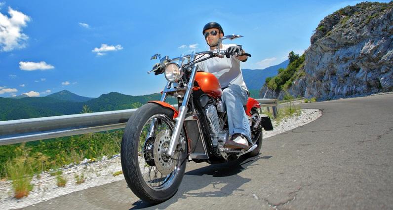 Idealerweise wird die Bremskraft auf das vordere und hintere Rad aufgeteilt: Damit sinkt das Risiko, dass man mit dem Motorrad stürzt (#02)
