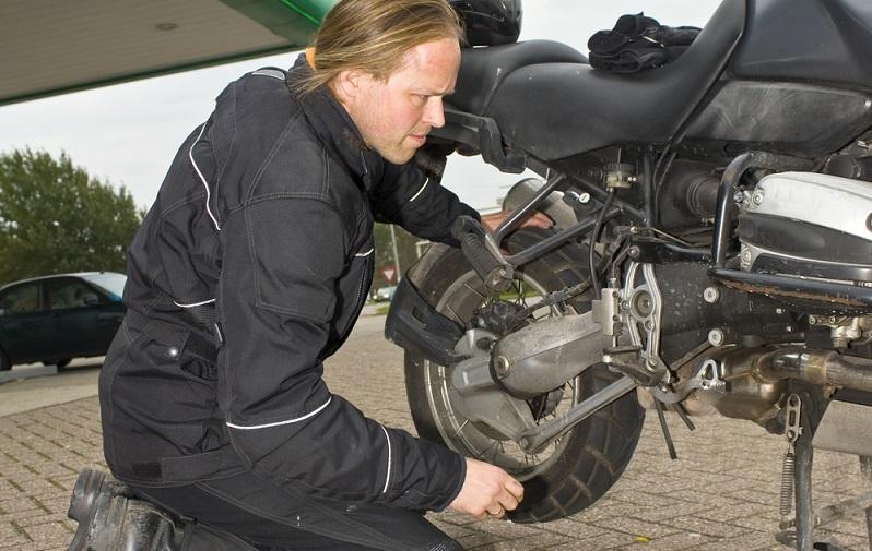 Die Experten empfehlen, etwa alle zwei Jahre die Bremsflüssigkeit auszutauschen. Sie altert im Laufe der Monate und verfärbt sich allmählich in ein Grau. Spätestens wenn dieses Grau immer dunkler wird und nahezu schwarz wird, ist ein Austausch erforderlich. (#01)