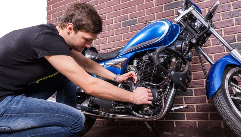 Jeder professionelle Bikeservice hat das nötige Equipment zu bieten, mit dem das Tieferlegen des Motorrads möglich ist.