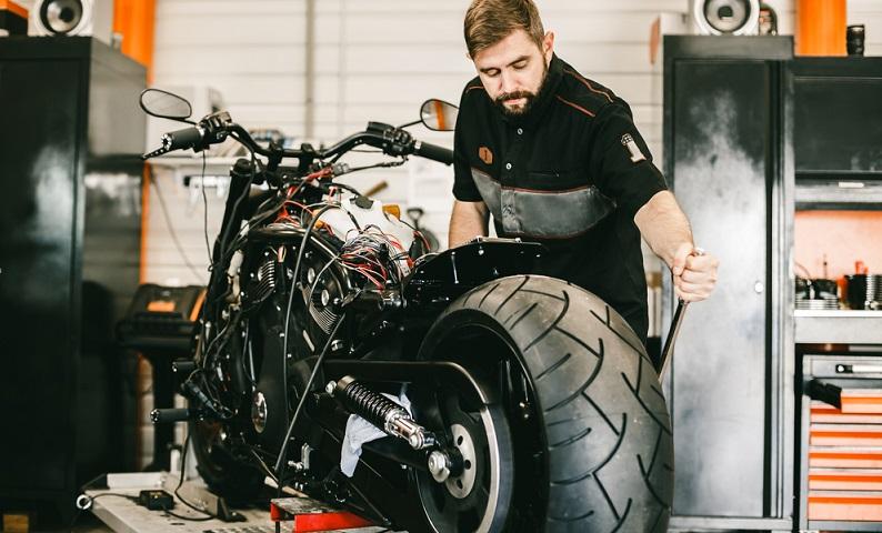 Ob sich das Bike nach dem Tieferlegen besser handhaben lässt oder nicht, darüber streiten die Experten und empfehlen daher einträchtig die erstgenannte Variante.
