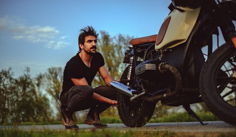 Nicht jeder Biker kann sein Moped reparieren, muss er auch nicht. ( Foto: Shutterstock-_Sjale )