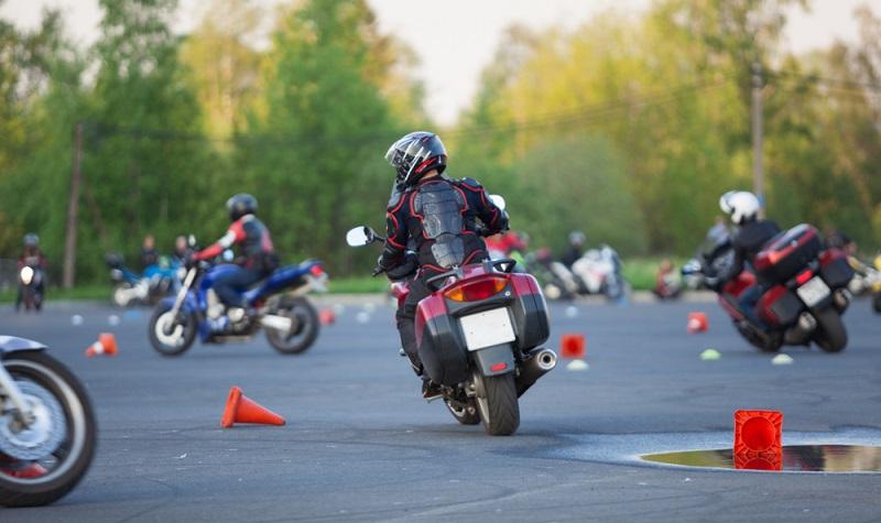 Bevor man aufs Moped steigt, erstmal vorsichtig sein und etwas üben. (Foto: Shutterstock-Kekyalyaynen )